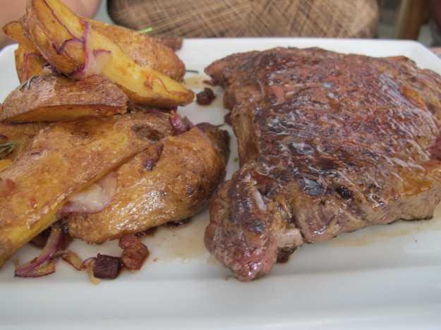 As batatas decepcionaram demais.. Mas a carne, um corte não tão macio, estava saborosa e no ponto..