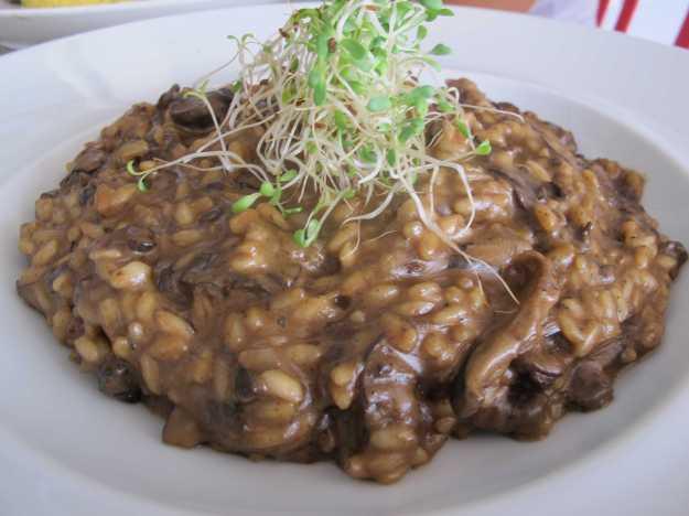 O risoto estava cremoso e no ponto certo.. Cogumelos bem gostosos apesar do excesso de funghi..