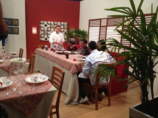 Chef Claude nos serve e dá uma passada rápida nas mudanças realizadas no meu prato.. Hora de comer!