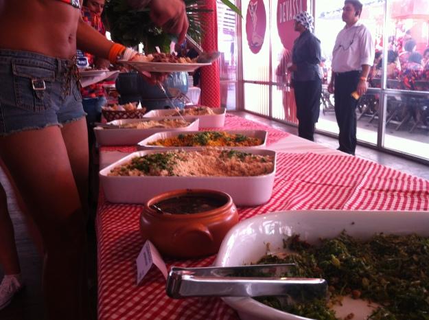 Ao fundo as quatro opções de farofa.. A amarelinha era de pimenta e estava realmente muito boa!