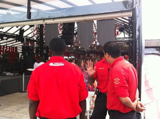 Rescaldados com a recente tragédia, a organização colocou muitos bombeiros no local..