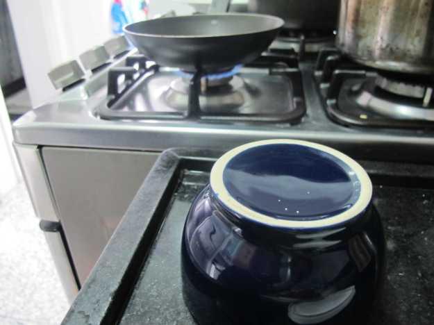 Enquanto o queijo começa a ficar crocante, já deixe o molde separado para moldar a sua cesta...