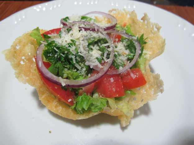 Saladinha simples de alface, tomate, cebola, salsa e o parmesão que sobrou... Perfeita combinação!