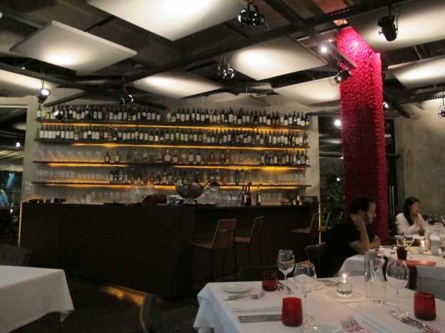 Decoração sóbria e um belo bar.. A cor vem de uma pilastra decorada com falsas rosas.. Tudo bem bonito..