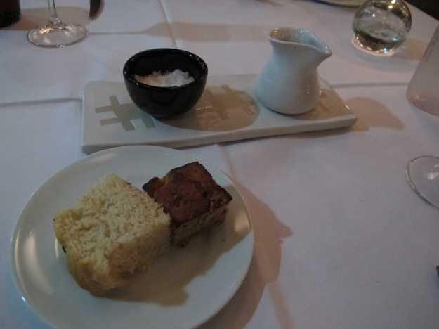 A casa oferece para acompanhar quatro tipos de pães.. Provei a focaccia bem leve e o pão de cebola delicioso!