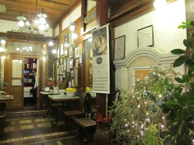 No corredor que leva até o restaurante ficam pendurados os muitos prêmios recebidos pela casa..