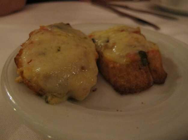 De queijo, tomate e manjericão, a bruschetta se destaca mais pelo pão do que pelo recheio em si..