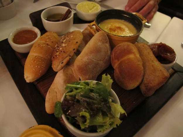 A estrela da noite.. Pães quentinhos, gratin de queijos, geleia, saladinha, azeite aromatizado.. Espetáculo!