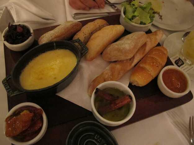 O segundo couvert veio com pães diferentes, tomate seco e uma berinjela agridoce bem saborosa...
