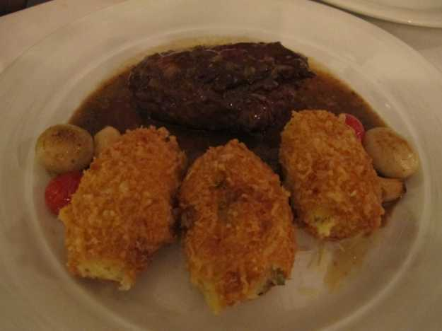 O steak au poivre veio com molho saboroso, mas a estrela foram os croquetes de batata recheados.. Incríveis!