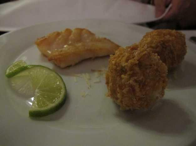 O cherne veio bem cozido acompanhado com diferentes croquetes de batata.. Este prato já veio dividido! E o molho de camarões não tá na foto!