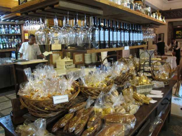 Após o jantar, você pode comprar pães, biscoitos e outros deliciosos produtos de fabricação própria.. Tentação!