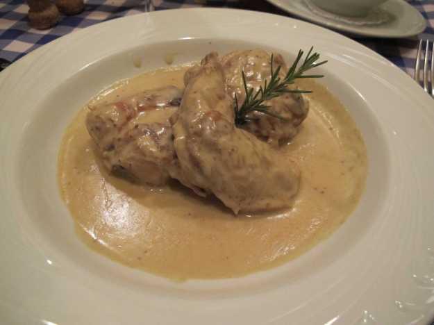 O coelho veio carnudo, molhadinho e com um intenso e saboroso molho de mostarda.. Belo prato..