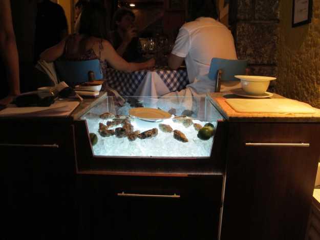 Logo na entrada chama atenção o balcão expondo as ostras frescas que fazem muito sucesso na casa..