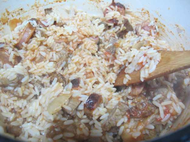 Hora de misturar o arroz já cozido e seu prato está praticamente pronto!