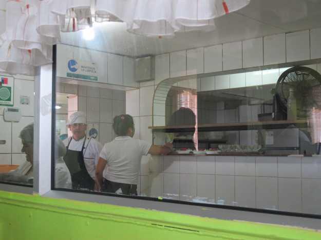 O staff é jovem, mas a cozinha é comandada por simpáticas senhoras que toda hora conferem o salão..