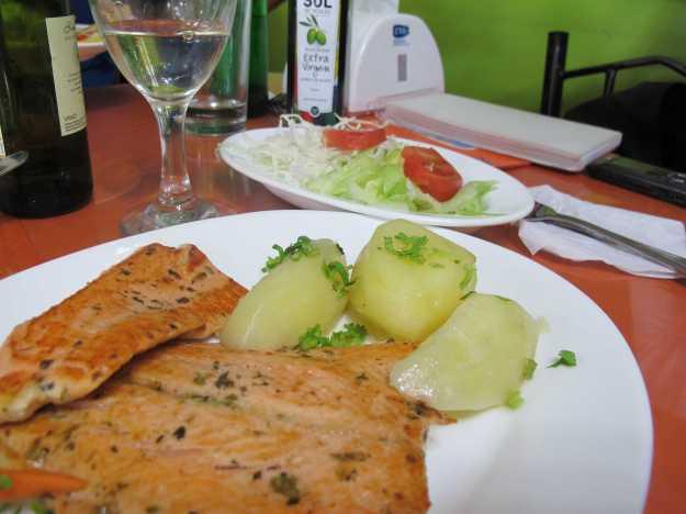 Salmão fresquinho com batatas cozidas e uma saladinha simples... Delícia presente justamente na simplicidade..