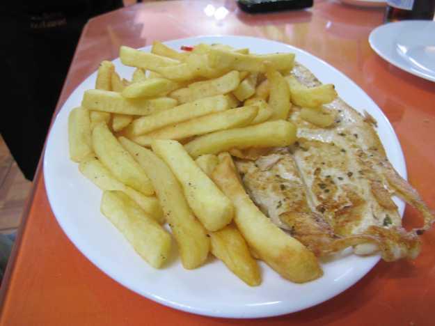 A Reineta veio com fritas... O peixe é incrivelmente leve e saboroso...