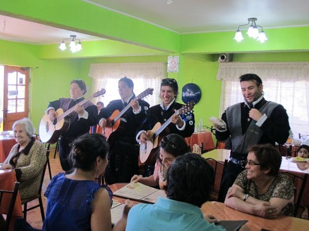 Os Mariachis entraram e animaram o fim do almoço. Cena inusitada na pacata Talcahuano!