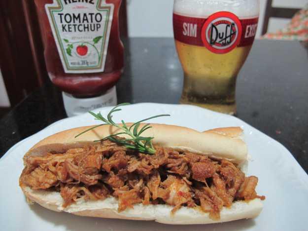 Cerveja gelada, uma passada de Heinz no pão e o pulled pork.. Sanduíche perfeito!