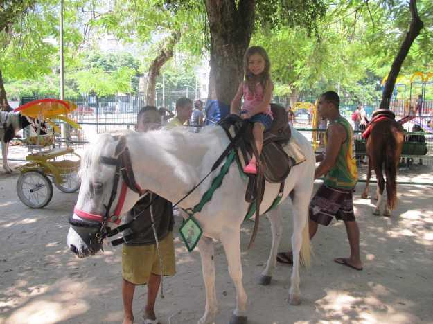 Maya abre o sorriso antes do passeio no Aladdin... Clima da praça é maravilhoso para crianças..