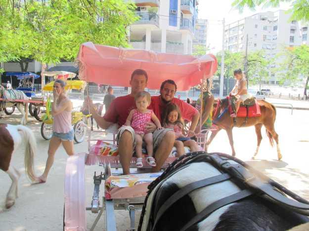 A charrete leva a família.. Mais uma etapa do domingo de folga com as crianças..