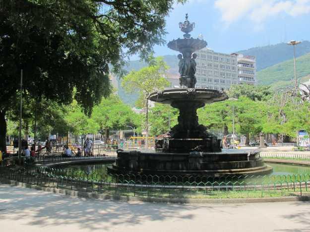 A Praça Xavier de Brito conta com muitas opções para as crianças e um bonito chafariz..