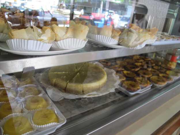 Barriga de freira, pastel de belém, quindim... A vitrine de doces chama atenção!