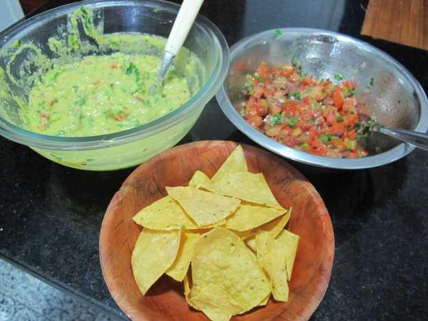 Molhos prontos, a entradinha deixou a casa no espírito da cozinha mexicana.. Só faltou Tequila e Michelada!