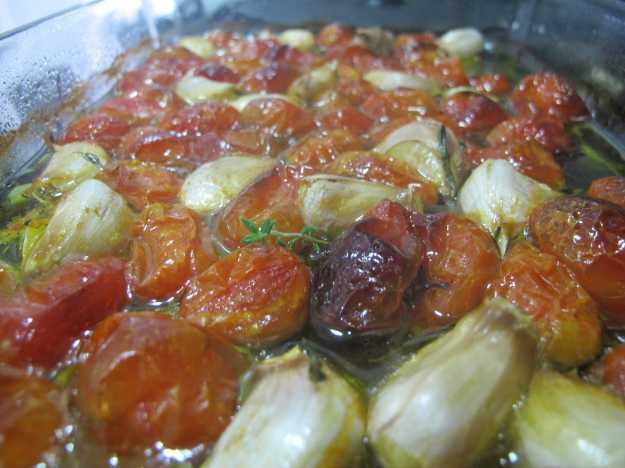 Esse é o resultado final.. Tomates assados, azeite saboroso e alho docinho saindo da casca...