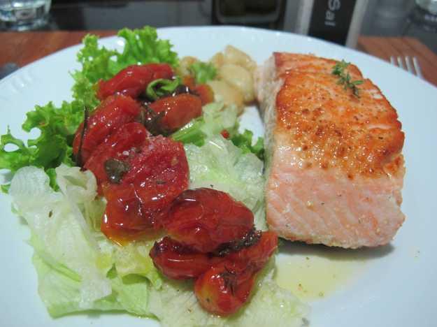 Coloquei os tomates por cima de uma salada verde e comi com um belo salmão grelhado e cru por dentro!