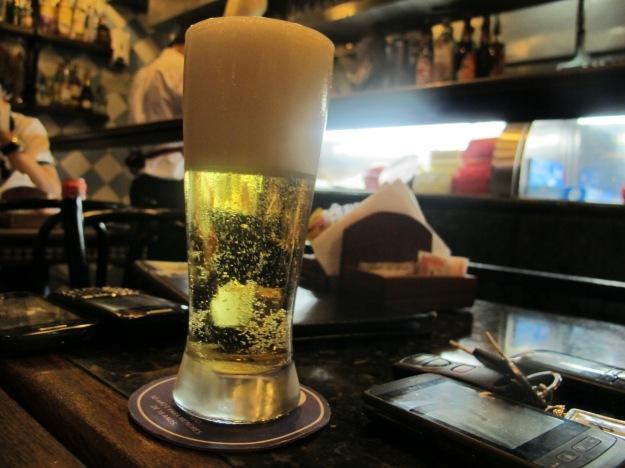 Chope Brahma bem tirado.. Repare como a base do copo está congelada, o que mantém a temperatura!