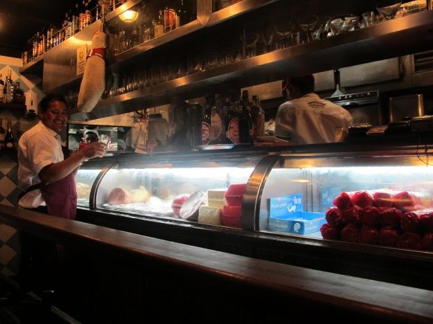 Balcão mostra ingredientes dos sanduíches, cachaças e mais alguns produtos.. Clima de bar..