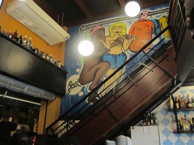 A parede no caminho para o segundo andar conta com uma pintura que não é das mais bonitas...