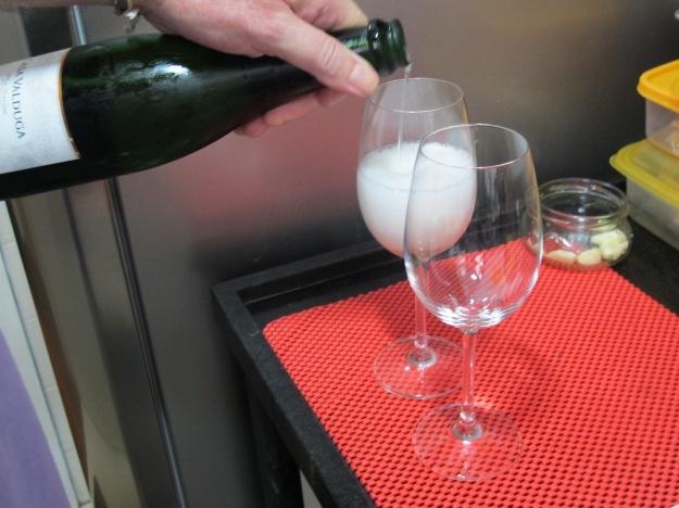 Em taça de vinho branco, entre com uma dose grande de espumante bem gelado..