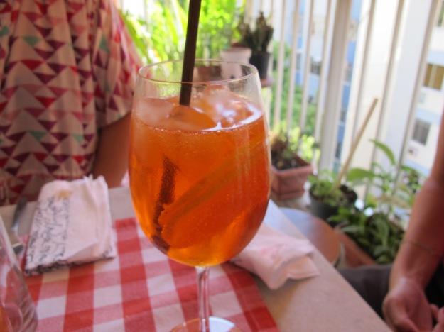 Encha o copo de gelo para manter seu drink bem refrescante, misture bem e pronto! Simples!