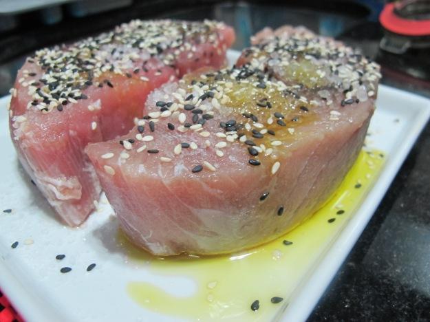 Dois belos filés de atum com azeite, flor de sal e gergelim preto e branco.. Não precisa mais de nada..