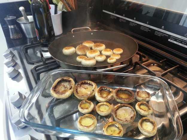Na frigideira MUITO quente, doure os cogumelos dos dois lados.. Isso dá uma caramelização ao prato e confere muito sabor.. Tempere com sal e pimenta..