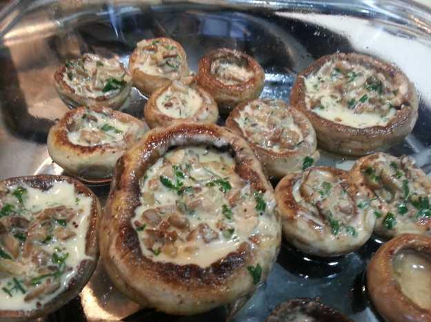 Arrume os cogumelos em uma travessa e entre com o recheio em cada um deles.. Enquanto isso, deixe o forno aquecendo a 220 graus...