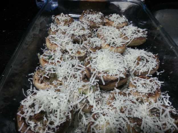 Após rechear os cogumelos, rale um parmesão de qualidade por cima e coloque no forno para gratinar...