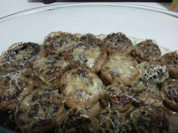 Após o forno, o queijo gratinou e seu cogumelo está pronto.. Delicioso.. Dá trabalho, mas vale MUITO a pena!