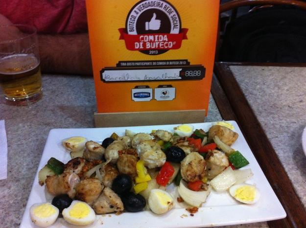 Linguiça de bacalhau, pimentões, cebola, azeitona e ovos de codorna.. Criatividade e sabor no Sat's..