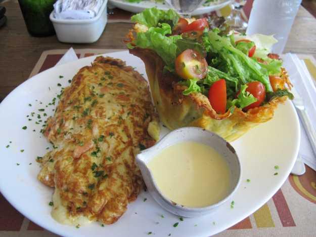 A omelete de salmão veio no ponto certo... O molhinho que acompanha a salada também estava equilibrado..