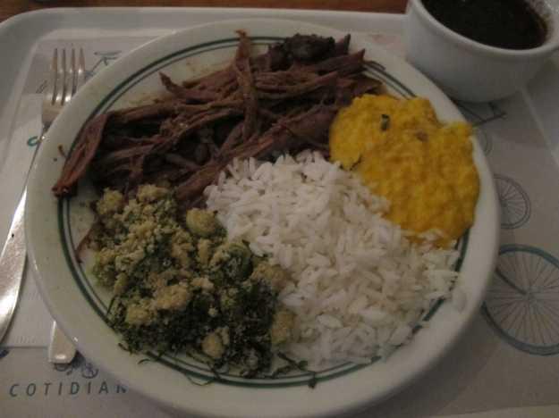 Peito bovino bem cozido e desfiado.. Mas o destaque aí foi a farofa de jiló com couve.. Deliciosa e diferente..