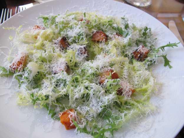 Chicória frisée, cubos de abóbora docinhos, azeite e parmigiano... Tudo muito equilibrado..