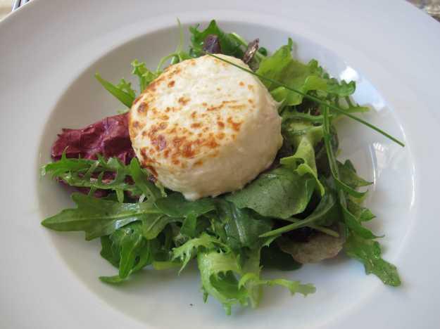 Mix de folhas com o queijo de cabra gratinado... Também bem harmonizado..