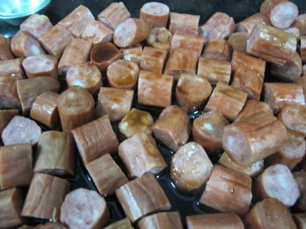 Linguiças cortadas e molho espalhado.. Feito isso é só colocar no forno a 200 graus mais ou menos..