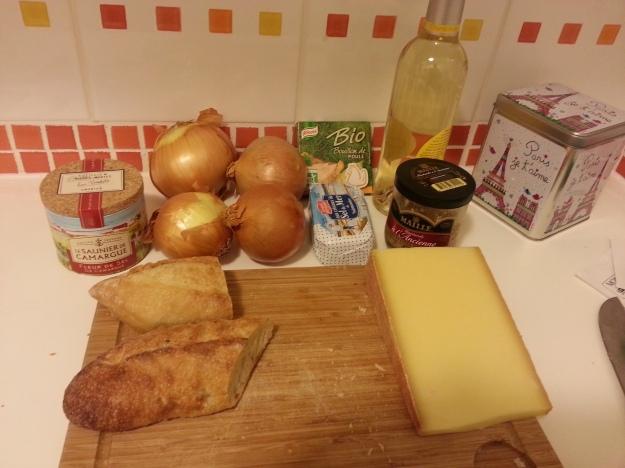 Tudo separado para a versão rápida da sopa de cebola clássica da França..