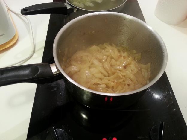 Com paciência e fogo baixo, a cebola vai caramelizando e ganhando este tom marrom..