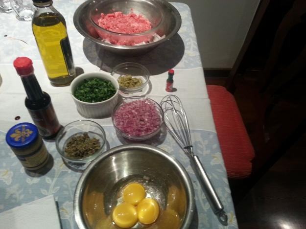 Ingredientes separados, vasilha da carne com gelo embaixo.. Hora de misturar!